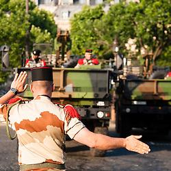 Soldat aidant au parking d'un camion de l'armée de terre sur le rond-point de l'étoile à l'occasion des célébrations de la fête nationale.<br /> 14 juillet 2013, Paris (75)