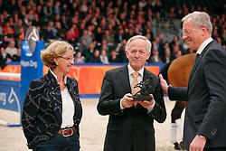 Arie Hamoen krijgt een gouden speld van KWPN Voorzitter Siem Korver<br /> KWPN Hengstenkeuring - 's Hertogenbosch 2013<br /> © Dirk Caremans