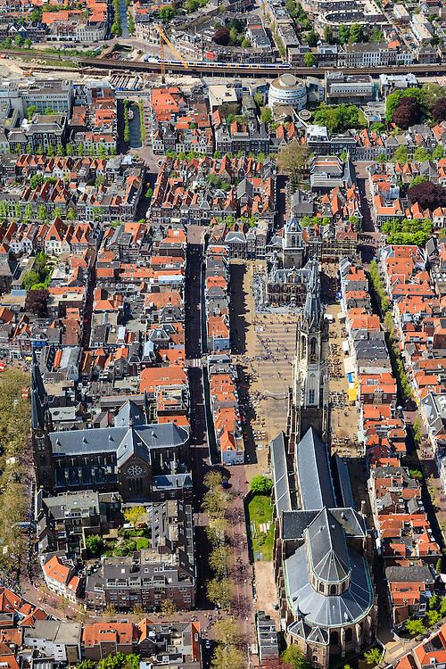 Nederland, Zuid-Holland, Delft, 09-05-2013; <br /> Historisch centrum van Delft zicht op de Markt met terrassen, de Nieuwe Kerk (b) , haaks erop de Maria van Jessekerk, en het stadhuis er tegenover,  boven in beeld de spoorbaan van de trein uit Den Haag.  Station Delft ondergaat een herinrichting en bevindt zich in een grote bouwput.<br /> Historic center of Delft with terraces overlooking the Market, the New Church (l) and Town Hall (r ), top picture the railroad and the railway station under construction.luchtfoto (toeslag op standard tarieven)<br /> aerial photo (additional fee required)<br /> copyright foto/photo Siebe Swart