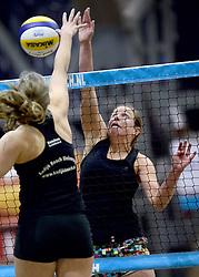 04-01-2015 NED: Open NK Indoor Beachvolleybal, Aalsmeer<br /> Elke Schuil-Wijnhoven en Mered de Vries winnen de finale NK Indoor Beachvolleybal / Elke Schuil-Wijnhoven in duel met Roos van der Hoeven.