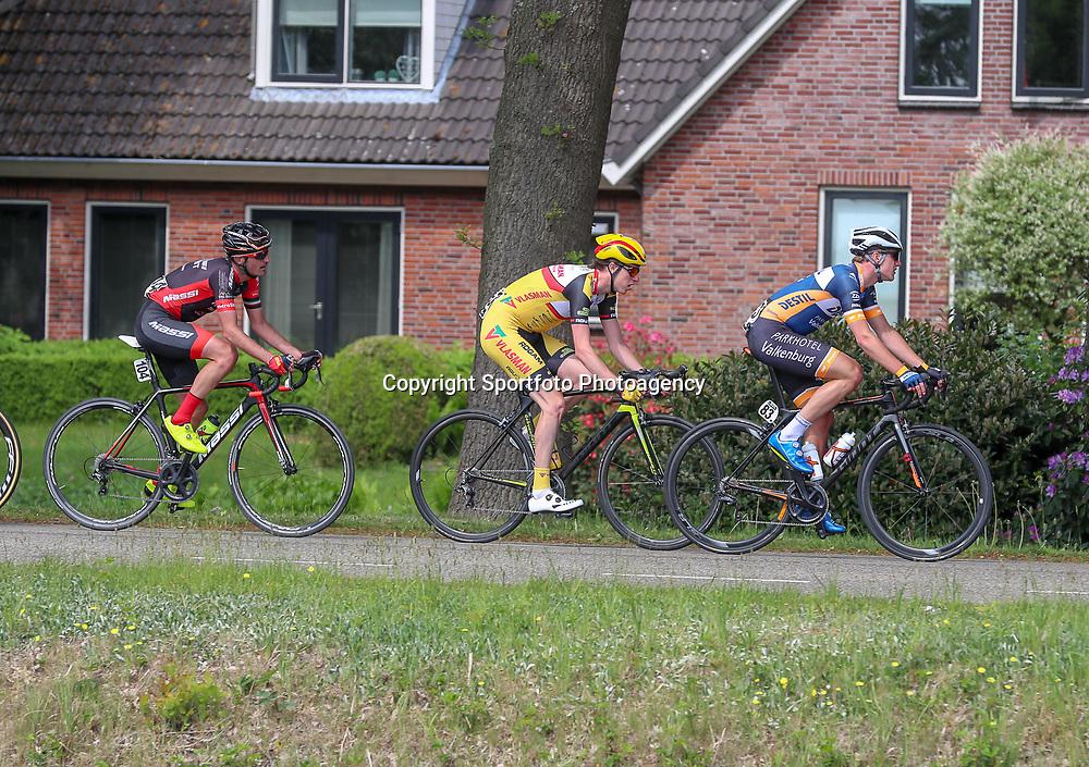 12-05-2018: Wielrennen: Ronde van Overijssel: Rijssen <br />Beau Duvigneau (midden) moest wisselen van fiets