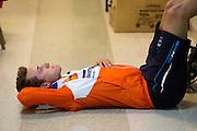 Rik Houwers bereidt zich voor op zijn recordpoging. Hij heeft op vrijdagavond 132,3 km/h gereden met de VeloX4, wat net onder het huidige wereldrecord is. Het Human Power Team Delft en Amsterdam (HPT), dat bestaat uit studenten van de TU Delft en de VU Amsterdam, is in Amerika om te proberen het record snelfietsen te verbreken. Momenteel zijn zij recordhouder, in 2013 reed Sebastiaan Bowier 133,78 km/h in de VeloX3. In Battle Mountain (Nevada) wordt ieder jaar de World Human Powered Speed Challenge gehouden. Tijdens deze wedstrijd wordt geprobeerd zo hard mogelijk te fietsen op pure menskracht. Ze halen snelheden tot 133 km/h. De deelnemers bestaan zowel uit teams van universiteiten als uit hobbyisten. Met de gestroomlijnde fietsen willen ze laten zien wat mogelijk is met menskracht. De speciale ligfietsen kunnen gezien worden als de Formule 1 van het fietsen. De kennis die wordt opgedaan wordt ook gebruikt om duurzaam vervoer verder te ontwikkelen.<br /> <br /> Rik Houwers prepares for his record attempt. He rode 82,18 mph with the VeloX4, not enough for a new record. The Human Power Team Delft and Amsterdam, a team by students of the TU Delft and the VU Amsterdam, is in America to set a new  world record speed cycling. I 2013 the team broke the record, Sebastiaan Bowier rode 133,78 km/h (83,13 mph) with the VeloX3. In Battle Mountain (Nevada) each year the World Human Powered Speed Challenge is held. During this race they try to ride on pure manpower as hard as possible. Speeds up to 133 km/h are reached. The participants consist of both teams from universities and from hobbyists. With the sleek bikes they want to show what is possible with human power. The special recumbent bicycles can be seen as the Formula 1 of the bicycle. The knowledge gained is also used to develop sustainable transport.