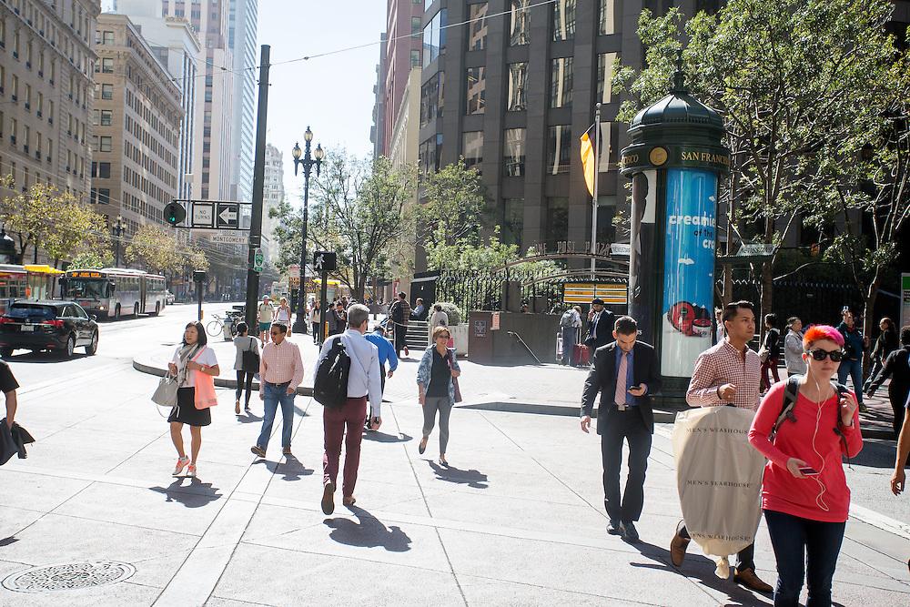 Voetgangers op Market Street in San Francisco. De Amerikaanse stad San Francisco aan de westkust is een van de grootste steden in Amerika en kenmerkt zich door de steile heuvels in de stad.<br /> <br /> Pedestrians at Market Street in San Francisco. The US city of San Francisco on the west coast is one of the largest cities in America and is characterized by the steep hills in the city.