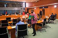 DEU, Deutschland, Germany, Berlin, 16.12.2020: Annette Widmann-Mauz (CDU), Integrationsbeauftragte der Bundesregierung, und Bundesverteidigungsministerin Annegret Kramp-Karrenbauer (CDU) mit Mund-Nase-Bedeckung vor Beginn der 124. Kabinettsitzung im Bundeskanzleramt. Aufgrund der Coronakrise findet die Sitzung derzeit im Internationalen Konferenzsaal statt, damit genügend Abstand zwischen den Teilnehmern gewahrt werden kann.