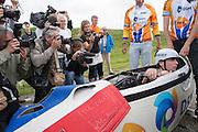 Jan Bos wordt belaagd door de pers tijdens de start. Het Human Powered Team Delft en Amsterdam presenteert de VeloX2, de fiets waarmee ze het wereldrecord willen verbreken dat nu op 133 km/h staat. Jan Bos, een van de rijders die het record gaat proberen te verbreken, gaat de strijd aan met zijn broer Theo Bos op de gewone racefiets. Jan wint uiteindelijk glansrijk en haalt 77,2 km/h.<br /> <br /> At the start the media is photographing and filming Jan Bos. Human Powered Team Delft and Amsterdam presents the VeloX2, the bike which they will attempt to set a new world record with. Jan Bos, on of the two cyclists who will try to ride faster than 133 km/h, is racing at the presentation against his brother Theo Bos, a former world champion and cyclist for the Rabobank Racing Team. Jan will defeat Theo, with a maximum speed of 77,2 km/h.