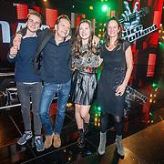 NLD/Hilversum/20160129 - Finale The Voice of Holland 2016, Winnares Maan met haar ouders