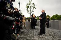 10 MAY 2005, BERLIN/GERMANY:<br /> Prof. Peter Eisenman, Archiktekt des Denkmals, gibt Journalisten ein Statement, am Rande des Denkmals fuer die ermordeten Juden Europas, am Tag der Eröffnung des Denkmals<br /> IMAGE: 20050510-01-024<br /> KEYWORDS: Holocaust Mahnmal, Denkmal für die ermordeten Juden Europas, Mikrofon, microphone, Stelenfeld