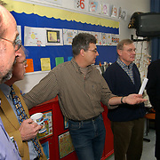Leden van de Huizer gemeenteraad bezoeken de van den Brugghenschool