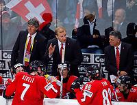 Der Schweizer Nati-Coach Ralph Krueger (Mitte) zusammen mit seinen beiden Assistenten Koebi Koelliker (links) und Peter John Lee (rechts) © Eddy Risch/EQ Images