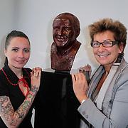 NLD/Amsterdam/20120419 - Onthulling beeld Johnny Kraaijkamp Sr., Sanne kraaijkamp en Janine van der Ende bij het bronzen beeld van Johnny Kraaijkamp Sr.