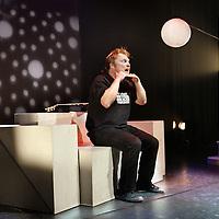 Nederland, Culemborg , 1 februari 2010..Theatermaker Pieter Tiddens tijdens zijn kindercabaretvoorstelling De Planeet in theater De Fransche School  in Culemborg..Foto:Jean-Pierre Jans