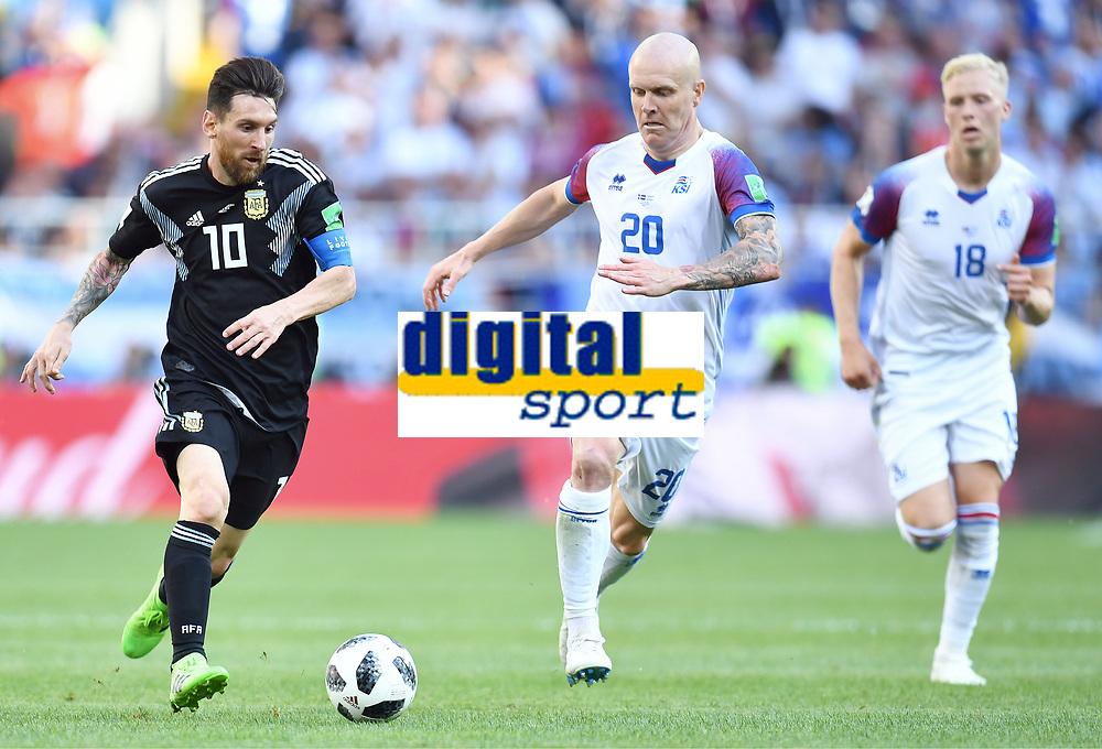 v.l. Lionel Messi (Argentinien), Emil Hallfredsson<br /> Moskau, 16.06.2018, FIFA Fussball WM 2018 in Russland, Vorrunde, Argentinien - Island 1:1<br /> Argentina - Iceland