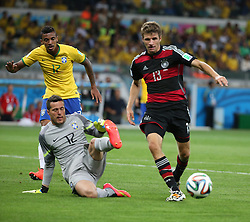 08.07.2014, Mineirao, Belo Horizonte, BRA, FIFA WM, Brasilien vs Deutschland, Halbfinale, im Bild Thomas Mueller (GER) zieht an Cesar (BRA) vorbei // during Semi Final match between Brasil and Germany of the FIFA Worldcup Brazil 2014 at the Mineirao in Belo Horizonte, Brazil on 2014/07/08. EXPA Pictures © 2014, PhotoCredit: EXPA/ Eibner-Pressefoto/ Cezaro<br /> <br /> *****ATTENTION - OUT of GER*****