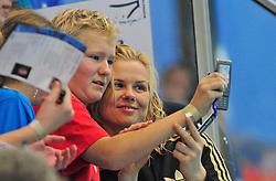 12.11.2010, Schwimmoper, Wuppertal, GER, Deutsche Kurzbahn-Meisterschaft im Bild laesst sich der Liebling der Schwimmnation Brita Steffen ( SG Neukoelln Berlin ) mit den Fans fotografieren. EXPA Pictures © 2010, PhotoCredit: EXPA/ nph/  Freund+++++ ATTENTION - OUT OF GER +++++