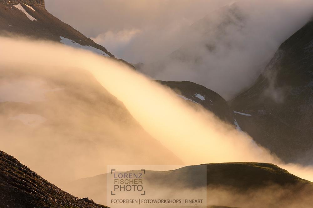 Landschaftsimpressionen mit Wolken- und Nebelstimmung vom Faulhorn oberhalb Grindelwald gesehen. Nebelgewalle an der Nordseite der Winteregg.