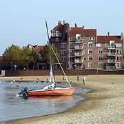 Boot op het strand Zomerkade Huizen met huizen achtergrond