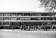Nederland, Nijmegen, 10-9-1990Demonstratie van studenten en personeel bij het bestuursgebouw tegen de opheffing van studierichting theologie en ook de hervormingen in het wetenschappelijk onderwijs door minister Deetman. Die kreeg te maken met grote demonstraties van studenten na de verhoging van de collegegelden en het verkorten van de studieduur. Ook het bestuursgebouw en het erasmusgebouw van de KUN, RU, katholieke universiteit, radboud, werden regelmatig bezet.Foto: Flip Franssen