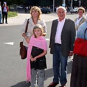 NLD/Hilversum/20070817 - Straten rond het Mediapark Hilversum vernoemd, dochter en kleinkind met Walter van der Kamp