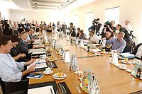 28 JUN 2003, NEUHARDENBERG/GERMANY:<br /> Kabinettsmitglieder und Parteifuehrung der Koalitionsparteien mit Journaliksten am Konferenztisch, vor Beginn der Klausurtagung des Bundeskanbinetts, Schloss Neuhardenberg, Brandenburg<br /> IMAGE: 20030628-01-037<br /> KEYWORDS: Kabinett, Sitzung, Klausur, Kabinettsklausur, Schloß Neuhardenberg, Tisch, Saal, Übersicht, Uebersicht, Kamera, Camera, Fotografen, Photographers