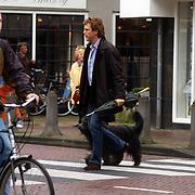 John de Mol Jr. met hond Sammie winkelend in Laren