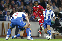 FOOTBALL - CHAMPIONS LEAGUE CUP 2003/04 - 1/4 FINAL 1ST LEG - 23/03/2004 - FC PORTO v OLYMPIQUE LYONNAIS - PEGGUY LUYINDULA (LYON) /PEDRO MANUEL (POR) - PHOTO JEAN MARIE HERVIO / DIGITALSPORT