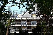 Groot onderhoud en renovatie Paleis Huis ten Bosch. De totale uitgaven voor de renovatie van Paleis Huis ten Bosch zijn begroot op € 59 miljoen.Uit nadere technische onderzoeken bleek dat er meer asbest in het paleis aanwezig was en dat het dak, de schoorstenen en de bordestrap in een slechtere staat verkeren dan verwacht. <br /> <br /> Great maintenance and renovation Palace House in Bosch. The total expenditure for the renovation of Palace House in Bosch is estimated at € 59 million. Further technical studies showed that more asbestos was present in the palace and that the roof, chimneys and board staircase were in worse condition than expected.