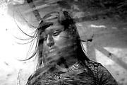 K.C. (23), paciente de tuberculosis multidrogoresistente (TB-MDR). En junio del 2019 le detectaron la enfermedad y hace ocho meses está en tratamiento. Durante la pandemia, se acerca a la posta médica de su zona para recoger su tratamiento semanal, corriendo el riesgo de contagiarse al ser una persona vulnerable a la COVID-19. Tanto ella como su esposo sobreviven gracias a sus pequeños ahorros, con los que alimentan a sus dos hijas y pagan la habitación que alquilan en la parte baja del Cerro San Cosme. Lima (Perú). 20 de febrero de 2020.