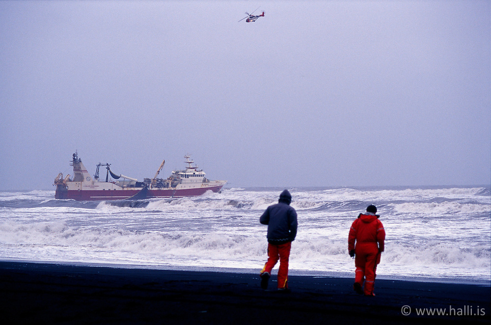 """Baldvin Þorsteinsson EA strandar í Meðallandsfjöru / The fisherman ship """" Baldvin Thorsteinsson"""" agrounding in Medallalndsfjara, Iceland"""