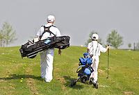 ZAANDAM - Open Golfdagen op de Zaanse Golf Club. De 8 jaar oude Noa Robinson laat zijn ouders en grootouders het golfspel zien. FOTO KOEN SUYK