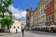 Rynek Główny w Krakowie, na pierwszym planie kościół św. Wojciecha, w głębi kościół Mariacki, Polska<br /> Main Market Square in Cracow, in the foreground St. Wojciech Church, deep inside St. Mary's Church, Poland