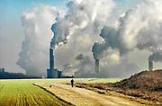 Duitsland, Germany, Deutschland, Jackerath, 10-12-2018De bruinkoolcentrales van Frimmersdorf en Grevenbroich worden gestookt met bruinkool die in de open bruinkoolmijn Garzweiler wordt gewonnen. De mijn en centrales zijn eigendom van energiemaatschappij RWE. De graafmachine is gebouwd door staalbedrijf Krupp en elektronicabedrijf Siemens. Door de bruinkoolwinning verdwijnen verschillende dorpen ten oosten van Erkelenz, zoals Immerath. Noordrijn-Westfalen heeft het besluit genomen om de bruinkoolmijn Garzweiler II in te perken. Het besluit van de deelstaatregering wordt uitgelegd als een belangrijke koerswijziging in de richting van een definitieve afbouw van de bruinkoolmijn, die de grootste is van Duitsland. Energiebedrijf RWE, de eigenaar van de mijn, heeft een concessie tot 2045. De bruinkoolgebieden liggen niet ver van de grens met Nederland en de centrales beinvloeden de luchtkwalitiet.Foto: Flip Franssen