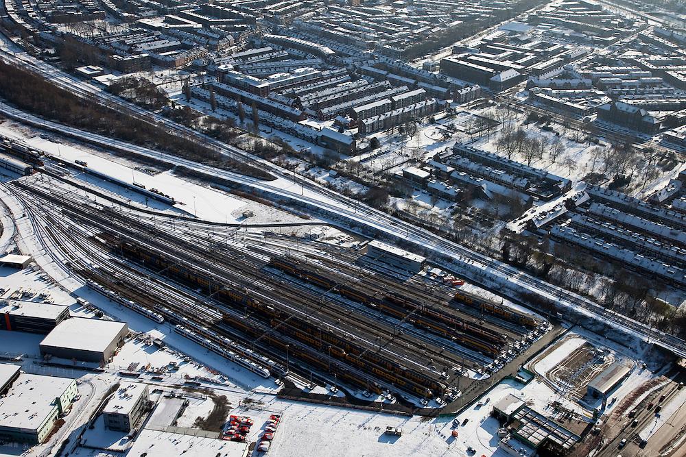 Nederland, Utrecht, Utrecht-West, 31-01-2010; spoorweg emplacement, het opstelterrein zuid (OZ) van Nedtrain; huizenblokken in de sneeuw.rail yard of Nedtrain; Utrecht as railway junction,.luchtfoto (toeslag), aerial photo (additional fee required).foto/photo Siebe Swart