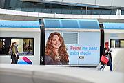 Nederland, Arnhem, 10-12-2015Treinen staan op het centraal station. Reizigers vertrekken of komen aan op het perron. Een treinstel van het gelderse vervoersbedrijf Breng draagt een wervende tekst voor studenten met een ov jaarkaart en scholieren.FOTO: FLIP FRANSSEN/ HH