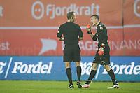 Fotball<br /> 08.04.2018<br /> Eliteserien<br /> Brann Stadion<br /> Brann - Kristiansund<br /> Dommer Ola Hobber Nilsen (L) gir <br /> keeper Sean McDermott (R) , Kristiansund gult kort for uthaling av tid, noe han ikke var spesielt fornøyd med.<br /> Foto: Astrid M. Nordhaug
