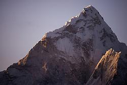 """THEMENBILD - Ama Dablam (6814 m) während des Sonnenaufgangs. Wanderung im Sagarmatha National Park in Nepal, in dem sich auch sein Namensgeber, der Mount Everest, befinden. In Nepali heißt der Everest Sagarmatha, was übersetzt """"Stirn des Himmels"""" bedeutet. Die Wanderung führte von Lukla über Namche Bazar und Gokyo bis ins Everest Base Camp und zum Gipfel des 6189m hohen Island Peak. Aufgenommen am 17.05.2018 in Nepal // Trekkingtour in the Sagarmatha National Park. Nepal on 2018/05/17. EXPA Pictures © 2018, PhotoCredit: EXPA/ Michael Gruber"""
