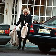 Willeke Alberti met tassen bij haar auto in Laren terug van het winkelen