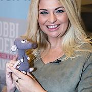 NLD/Utrecht/20171101 - Presentatie Boek van Bobbi Eden - Iedereen kan Haken, Bobbi Eden met een gehaakte knuffel rat