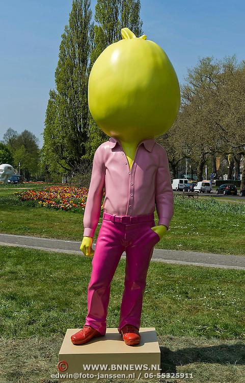 Amsterdam, 06-05-2013. De eerste kunstwerken ARTZUID, de Internationale Sculpture Route van 22 mei t/m 22 september, zijn geplaatst op de Apollolaan te Amsterdam, ter hoogte van het Hilton Hotel. Op de foto; The Yellow Pumpkin van kunstenaar Erwin Wurm.