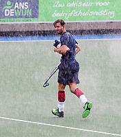 UTRECHT - Martijn Havenga op weg naar de training, in de stromende regen,  training Kampong  voor het nieuwe hockey hoofdklasse competitie. .COPYRIGHT KOEN SUYK