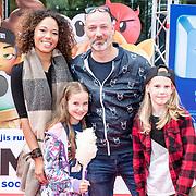 NLD/Amsterdam/20170802 - Premiere De Emoji film, Eddy Zoey en partner Sarah met de kinderen van Eddy