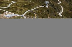 THEMENBILD - Uebersicht der Arbeiten an der neuen Liftstation mit der bestehenden Anlage. Ab Dezember 2019 wird das Familienskigebiet Maiskogel mit dem Gletscherskigebiet Kitzsteinhorn verbunden sein, aufgenommen am 23. August 2018 in Kaprun, Österreich //  construction site of new Cable Cars on the Kitzsteinhorn Glacier on a hot summer day, Kaprun, Austria on 2018/08/23. EXPA Pictures © 2018, PhotoCredit: EXPA/ JFK