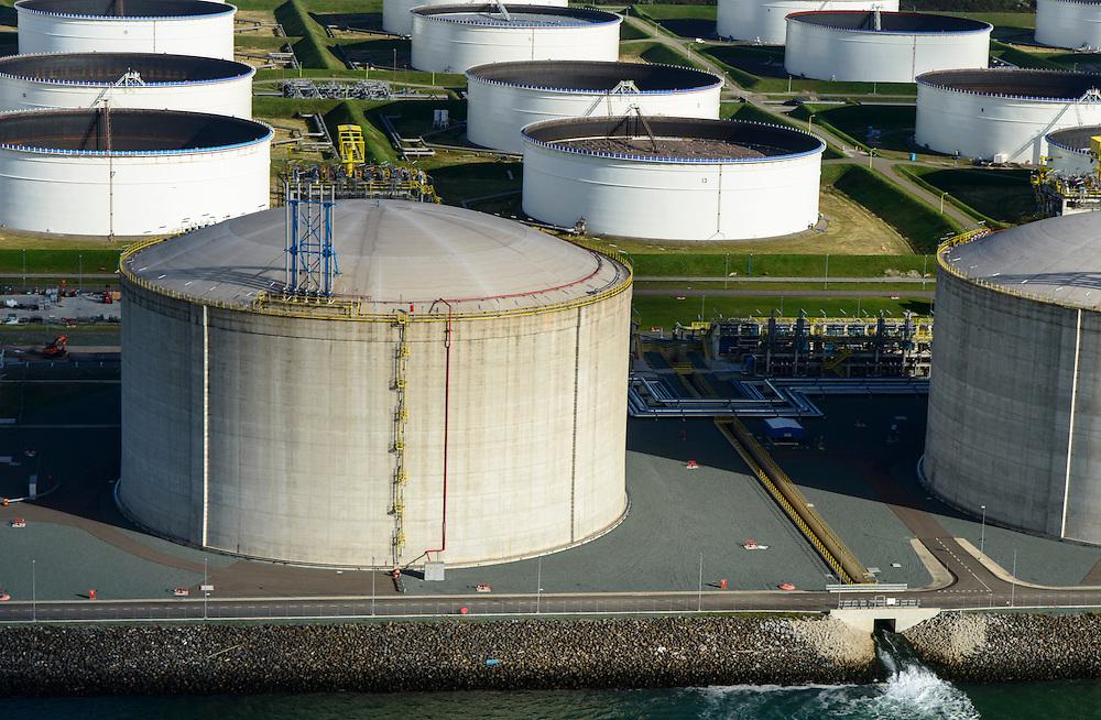 Nederland, Zuid-Holland, Rotterdam, 23-10-2013; Maasvlakte met Gate terminal, aanlandstation voor LNG (liquid natural gas) aan de Yangtzehaven. Close-up van een van de gastanks. Olietanks aan de Peteroleumhaven in de achtergrond.<br /> Gate terminal for LNG, close-up of one of the gas tanks. Oil tanks Peteroleumhaven in the background.<br /> luchtfoto (toeslag op standard tarieven);<br /> aerial photo (additional fee required);<br /> copyright foto/photo Siebe Swart