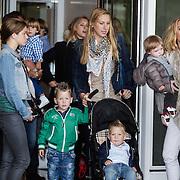 NLD/Amsterdam/20120604 - Vertrek Nederlands Elftal voor EK 2012, Lonneke Rotmans, partner Stijn Schaars en kinderen