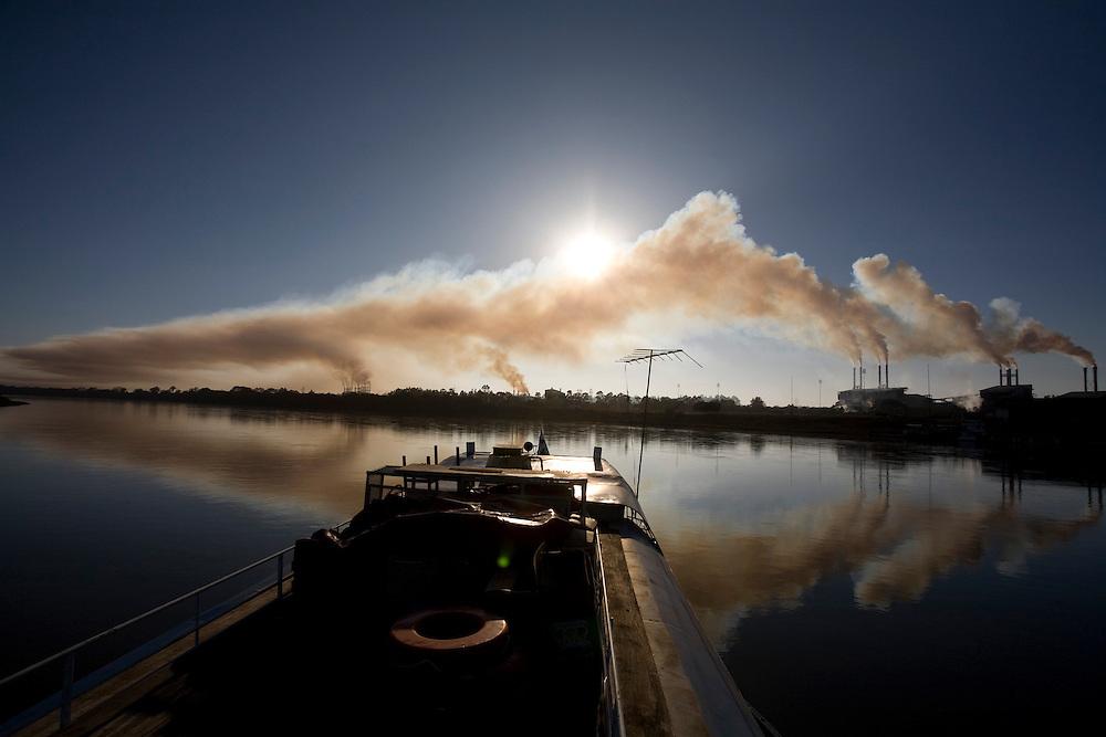 Pirapora _ MG, Brasil...Fumaca de uma industria proxima  a bacia hidrografica do rio Sao Francisco...Industry next to Sao Francisco river...Foto: LEO DRUMOND /  NITRO