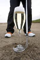 INSTRUCTIE met Tjeerd Staal. Champagneglas op een wedge, open blad. COPYRIGHT KOEN SUYK