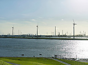 Windturbines en industrie aan de Nieuwe Waterweg, Hoek van Holland - Wind turbines in a industrial area near Rotterdam