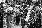 Entrée coutumière des sénateurs de Nouvelle-Calédonie lors d'un congrès. Les seize sénateurs sont les représentants des huit aires coutumières du pays. Ils se placent avec leurs dons à la limite du territoire du clan qui les accueille. Dans la coutume, tout individu quel que soit son statut, doit s'abaisser en signe de respect et d'humilité lorsqu'il entre chez quelqu'un. Pour entrer, il offre un geste symbolique accompagné d'étoffes, de billets de banque et d'ignames. -- Tribu de Boréaré, Houaïlou, Nouvelle-Calédonie – 2013