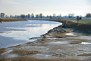 Nederland, The Netherlands, Heumen, 6-1-2017Rijkswaterstaat heeft een derde pomp, naast de twee waterpompen, laten aanrukken om vanuit de Maas water te pompen in het Maas-waalkanaal. Hierdoor kan het stuk tot aan de rivier de Waal, waaronder een industriegebied bij Nijmegen, weer bevaren worden. De pompon hebben een capaciteit van 1400 liter per seconde. Foto: Flip Franssen Heumen, The Netherlands, 6-1-2017 Rijkswaterstaat has two water pumps to pump water from the Maas to the Maas-waal channel. This allows ships to use the stretch up to the Waal River, including an industrial area near Nijmegen, to navigate again. The pumps have a capacity of 1400 litres per second. Photo: Flip Franssen