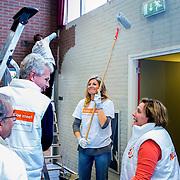 Koninklijke Familie neemt deel aan NLdoet, de landelijke vrijwilligersdagen van het Oranje Fonds. // Royal Family participates in NLdoet, the national volunteer days of the Orange Fund.<br /> <br /> Op de foto / On the photo:  Koningin Maxima helpt bij het witten van een muur in de sportruimte van het dorpshuis van het Gelderse dorp Tricht  ///  Queen Maxima helps in whitening of a wall in the gymnasium of the village house of the Gelderland town Tricht