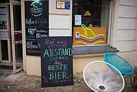 DEU, Deutschland, Germany, Berlin, 20.03.2020: Geöffneter Getränkeladen im Bezirk Prenzlauer Berg. Hier wird die Abstandsregel von 1,5 Meter vermutlich eingehalten. Auswirkungen der Pandemie, Coronavirus (Covid-19), Corona auf das öffentliche Leben in Berlin. Bis auf wenige Ausnahmen mussten die meisten Geschäfte schließen.